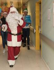 Pai Natal visita doentes internados no CHL para levar presentes e esperança