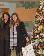 Teresa Morais e Margarida Lopes distribuem mimos e presentes às crianças internadas na Pediatria do CHL