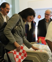 Teresa Morais oferece livros e mimos às crianças internadas na Pediatria do CHL